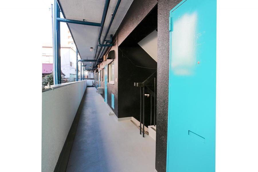 廊下はブルーとブラックのツートンカラー。キリッとした色が目を引きます