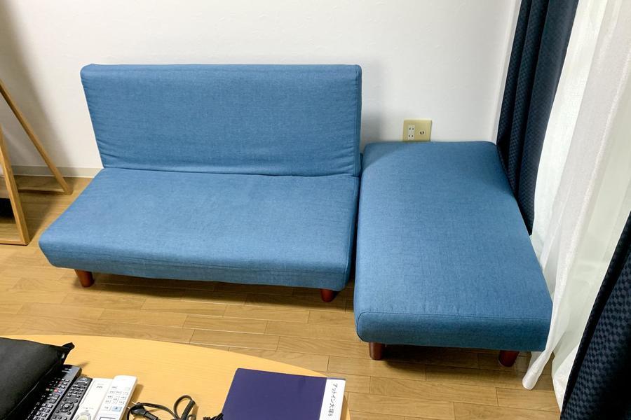 デニムブルーのソファはリクライニングタイプ。ソファベッドとしてもお使いいただけます