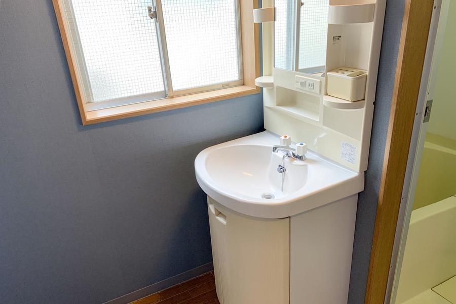 洗面台は独立タイプ。小窓つきで換気もしっかり行えます