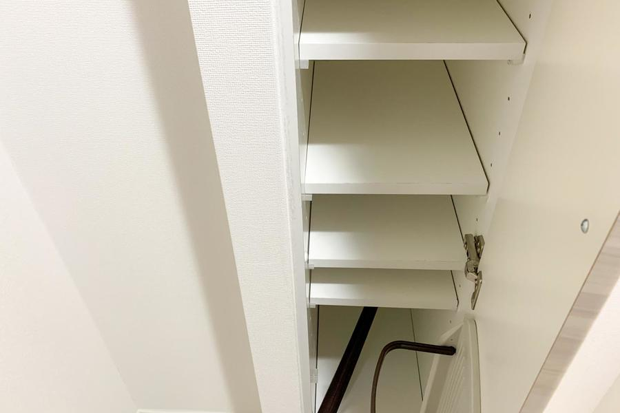 スリムタイプのシューズボックスは天井まで届きそうなハイタイプ