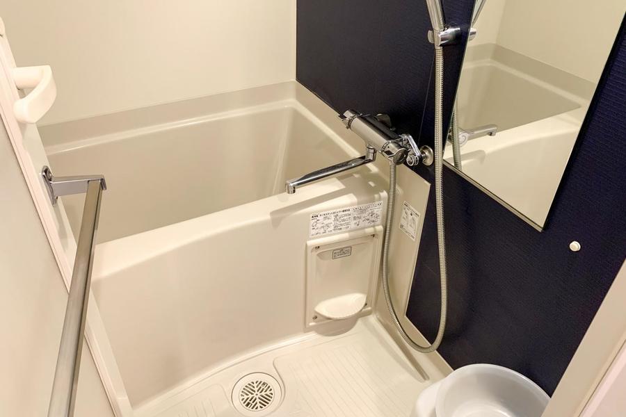 清潔感あるお風呂。ネイビーの壁面がアクセントになっています