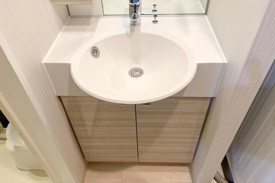 丸く張り出したボウルが特徴の洗面台。シンプルながらあたたかみも感じられます