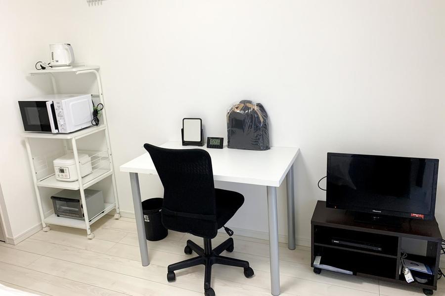 お部屋の雰囲気に合わせ、デスクセットなど家具類もモノトーンで統一しています