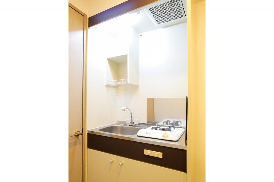 キッチンはミニタイプ。上下に収納があり便利です