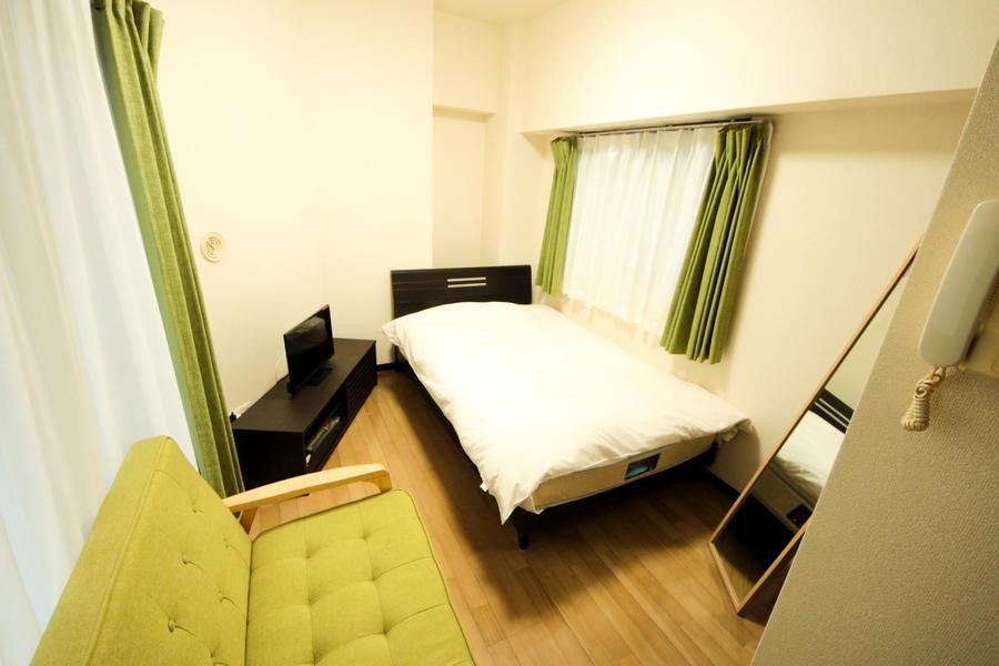 お部屋はフローリングタイプ。はっきりとした木目が特徴です