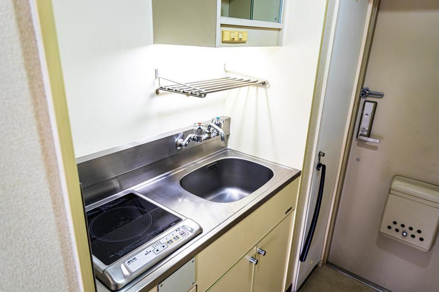 キッチンは上下に収納棚を設置。食器類もしっかり収納できます