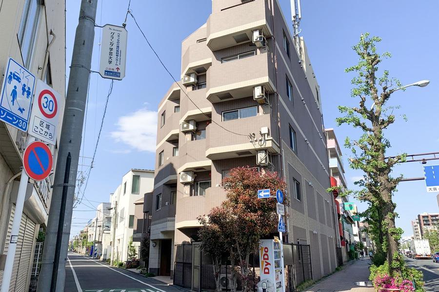 スタイリッシュなフォルムと2色の壁面が特徴の建物です