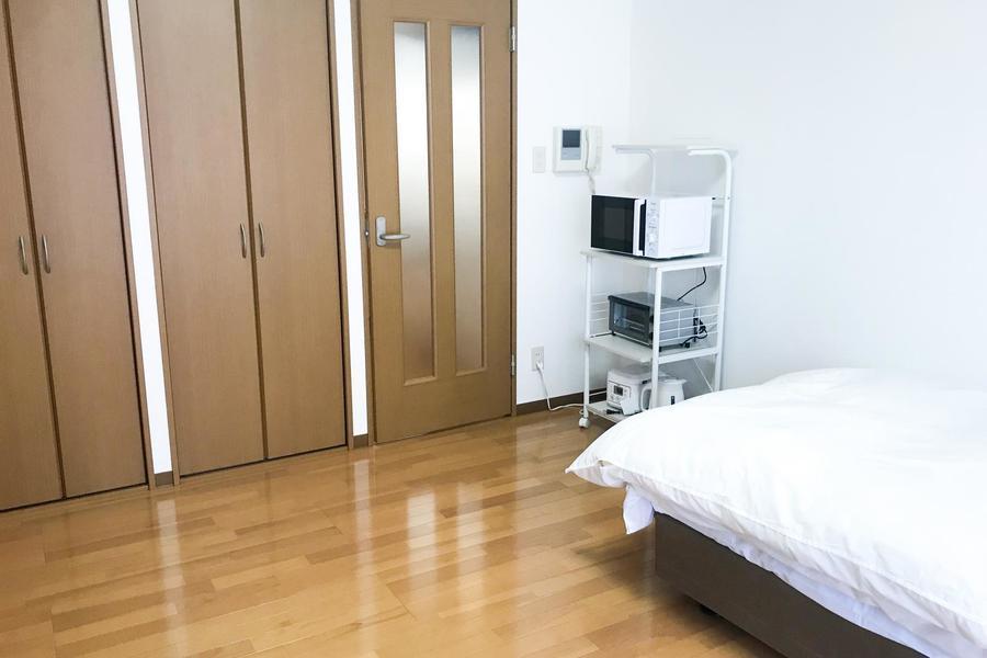 ベッド、家電ラックなどを置いても余裕の広さ。二名様でのご利用も可能です