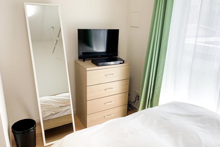 シングルチェストはテレビ台を兼用。ベッドに寝転んでの視聴もできちゃいます