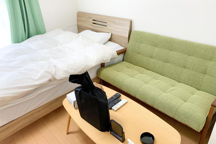 フローリングのシンプルなお部屋。ご自宅のようにおくつろぎいただけます