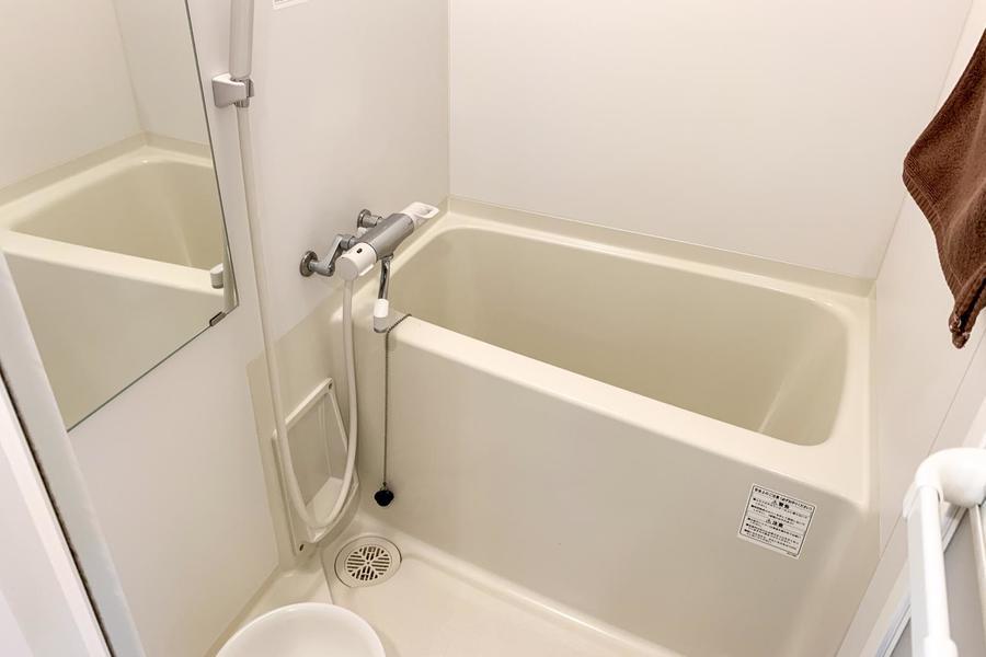 毎日の疲れを癒やすバスルーム。洗面器などのバス用品もご用意しています