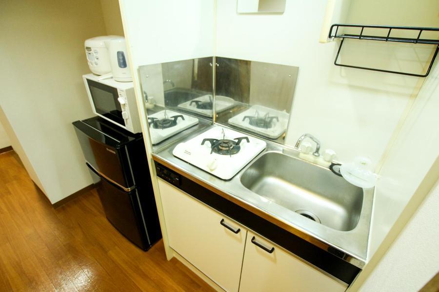コンパクトなキッチンですが、上下段に収納があり便利!