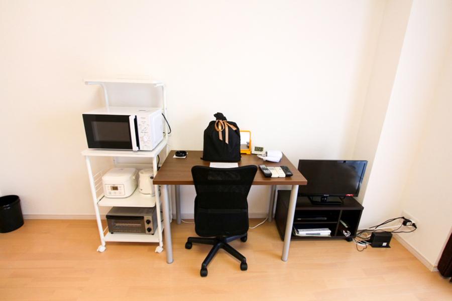 デスクや家電ラックなどは使いやすい位置に配置。ラックは移動も可能です