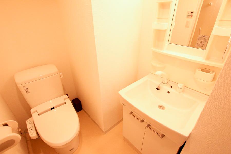 洗面台は独立タイプ。女性に嬉しいシャンプードレッサーつきです