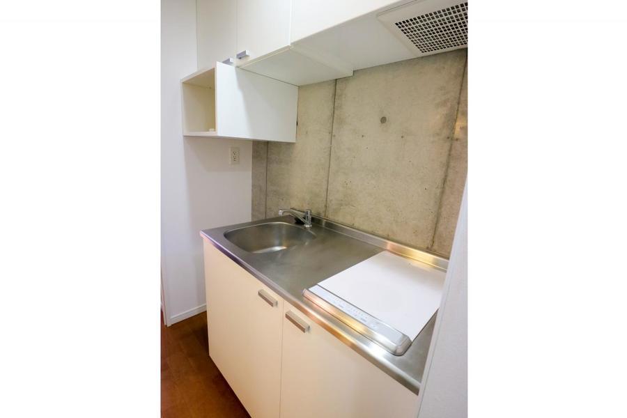 キッチンは1Kとしては広めのつくり。火事の心配が少ないIHコンロ搭載です
