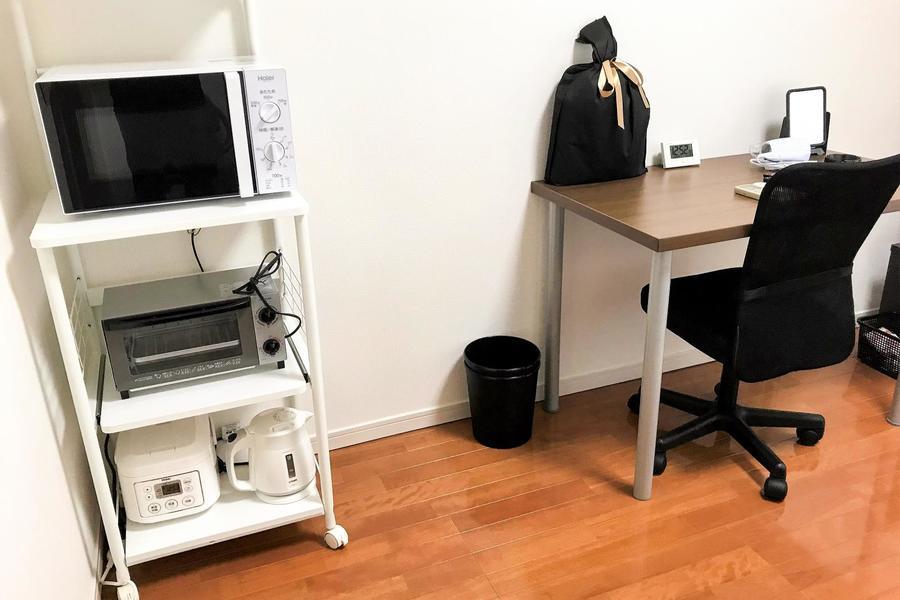 デスクや家電ラックなどは使いやすい位置に設置。ラックは便利な移動可能タイプ