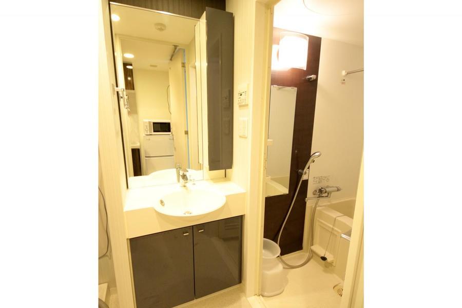 デザイン性の高い洗面台。扉付き収納は充実のハイタイプです
