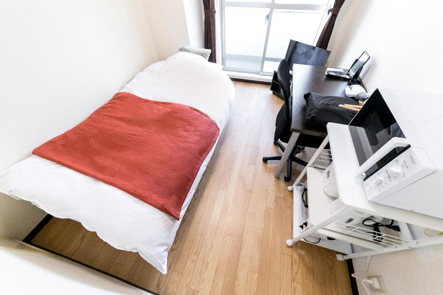 木目が美しいフローリングタイプのお部屋。家具類もしっかりご用意しています