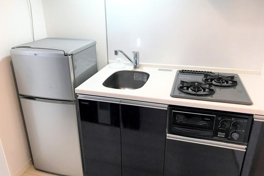 ネイビーカラーでまとめられたキッチンはシックながらも清潔感が漂います