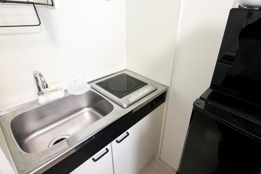 大きめシンクが特徴のコンパクトキッチン。コンロはIHタイプです