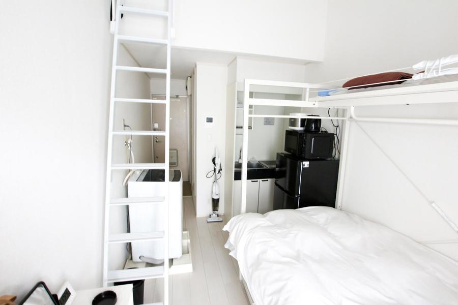 コンパクトなワンルームのお部屋。白を基調としたシンプルな内装です