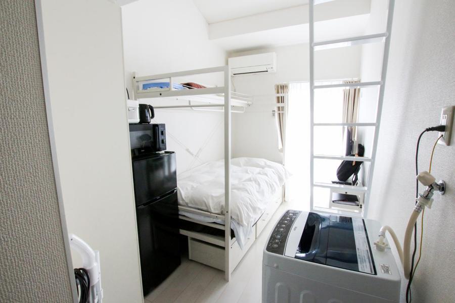 天井の高さを活かすためベッドはロフトベッドを採用。天面、ベッド下に収納を確保!