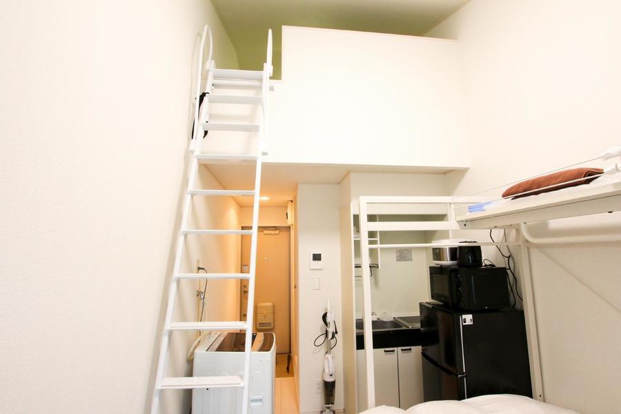 はしごを登るとロフトスペースへアクセス