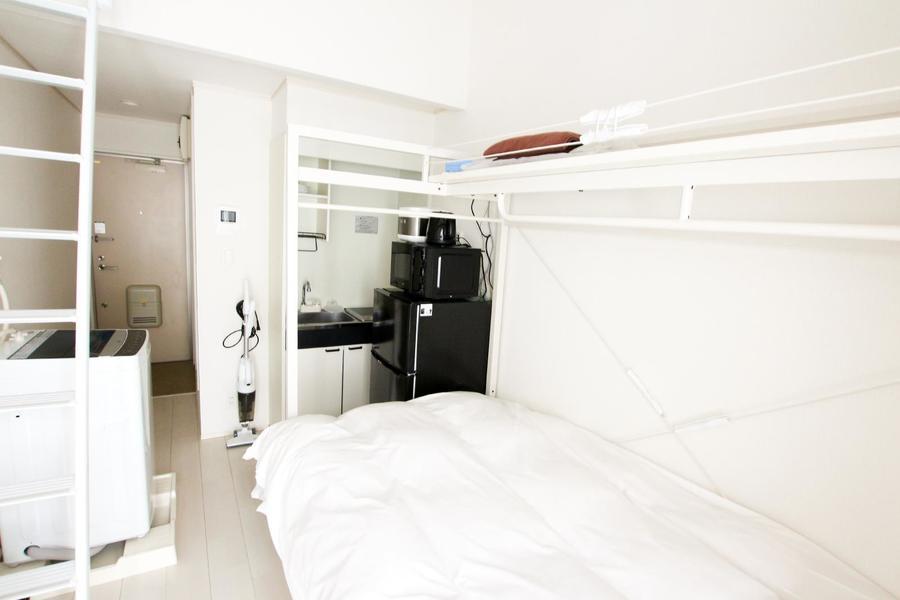 お部屋は5帖とコンパクト。ロフト&天井の高さで開放感もあり窮屈さは少なめです