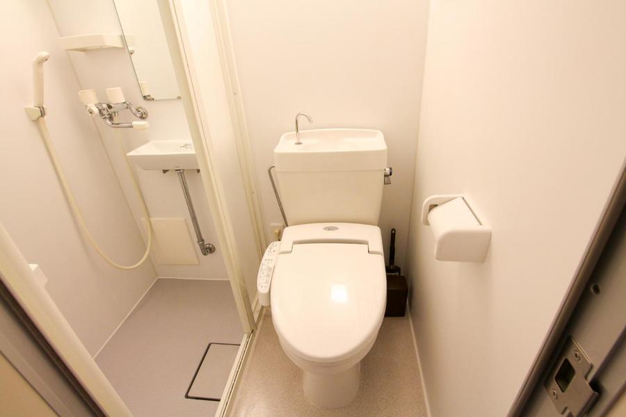 シャワールーム、お手洗いともアイボリー系の優しい色合いで統一