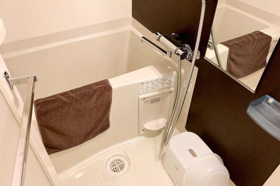 シンプルなバスルームもアクセントクロスで落ち着いた雰囲気に