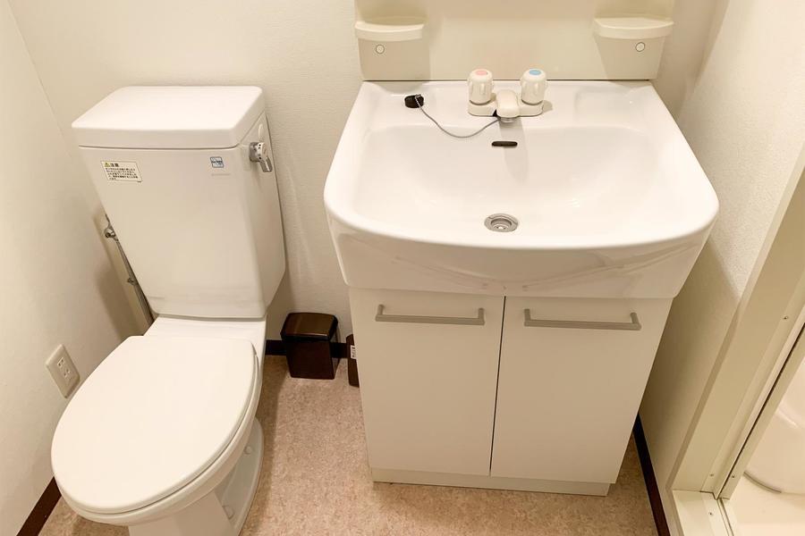 お手洗いと洗面台は併設タイプ