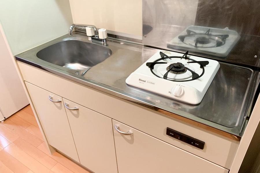 ガスコンロは一口タイプ。左右にしっかりスペースが確保されお料理もらくらく!