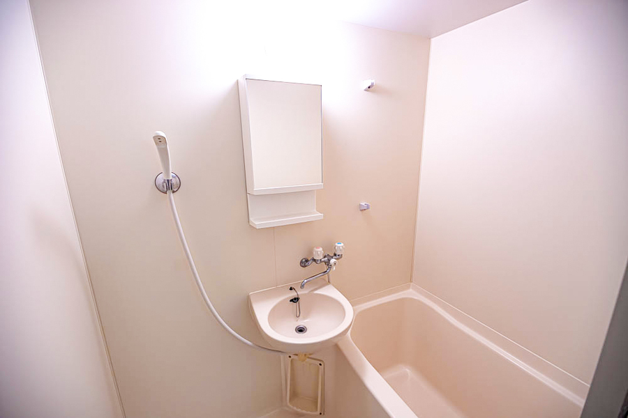 オフホワイトで統一されたお風呂は清潔感が漂います