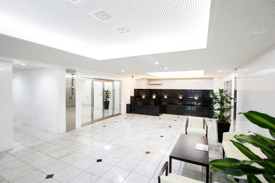 モノトーンを基調としたホールは天井も高く開放的な雰囲気