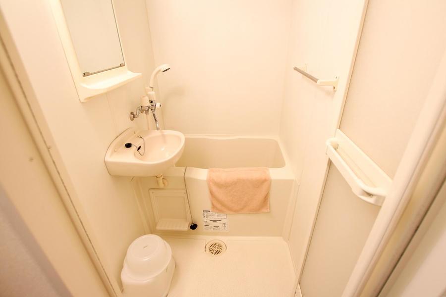 お風呂はコンパクトサイズですが、清潔感があります