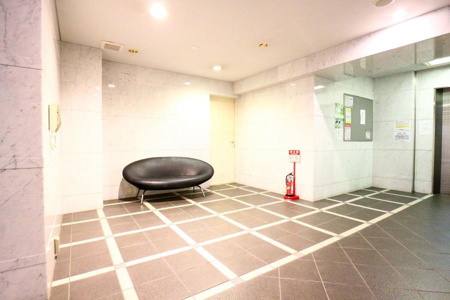 大理石調の壁面が落ち着いた雰囲気のエントランスホール