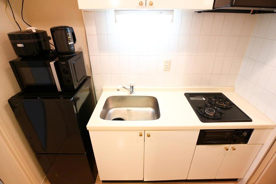 モノトーンを基調としたキッチン。安定火力のガスコンロを搭載しています