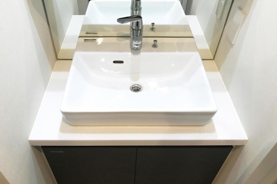 独立洗面台は四角いボウルを採用。細部にも遊び心をプラス