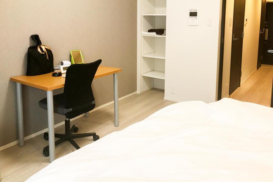 お部屋はシンプルな1Kルーム。木のぬくもりを感じられるフローリング仕様です
