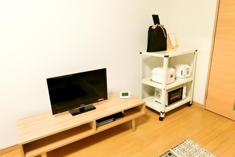 テレビボードは小物収納も兼ねたデザイン