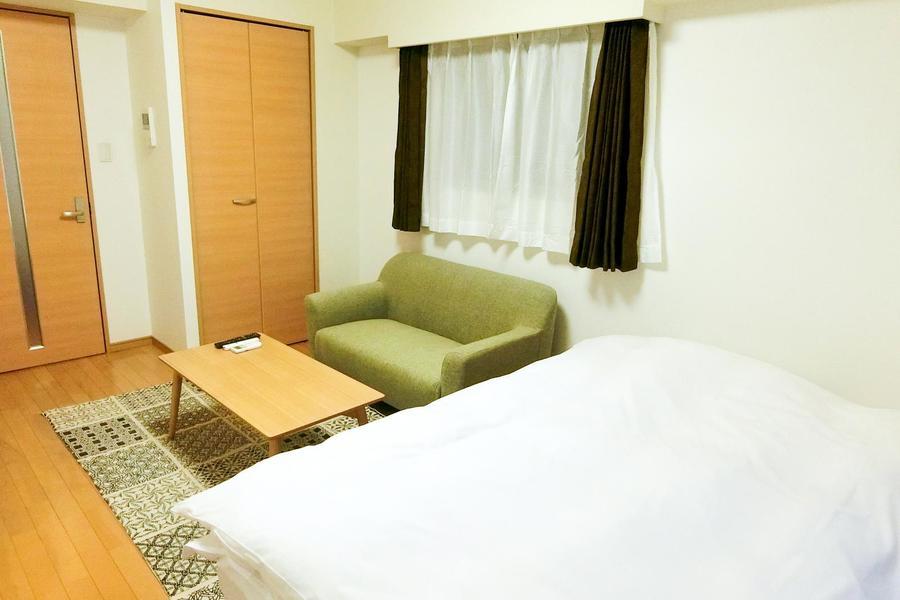 お部屋の広さを活かし、デスクセットはソファとローテーブルを採用