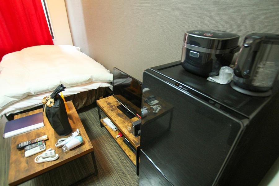 テレビの他、炊飯器などの家電類もダーク系の色合いで統一しています