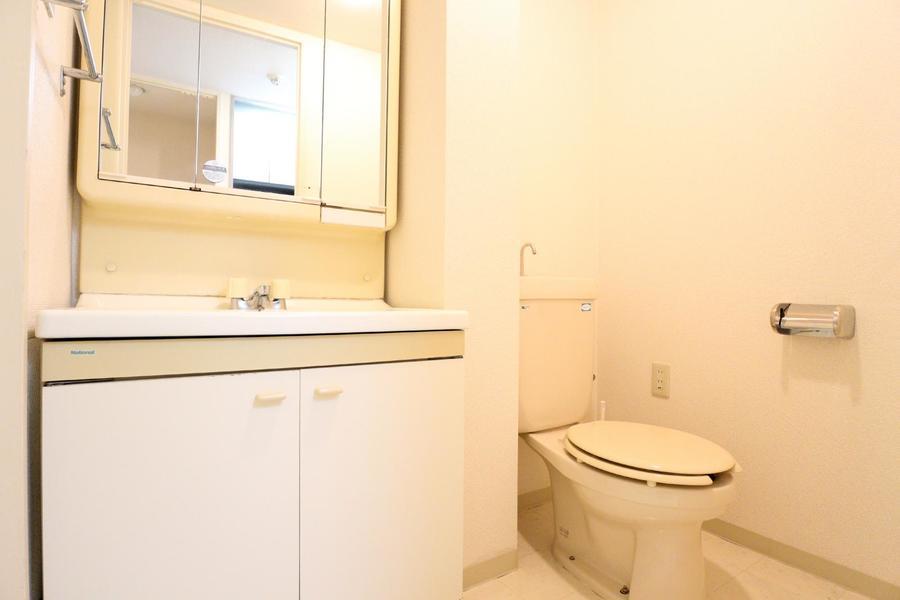 洗面台横にはお手洗いを設置。お掃除や片付けにも便利!