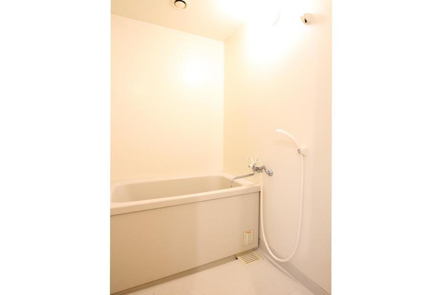 お風呂はオフホワイトを基調とし清潔感溢れる雰囲気に