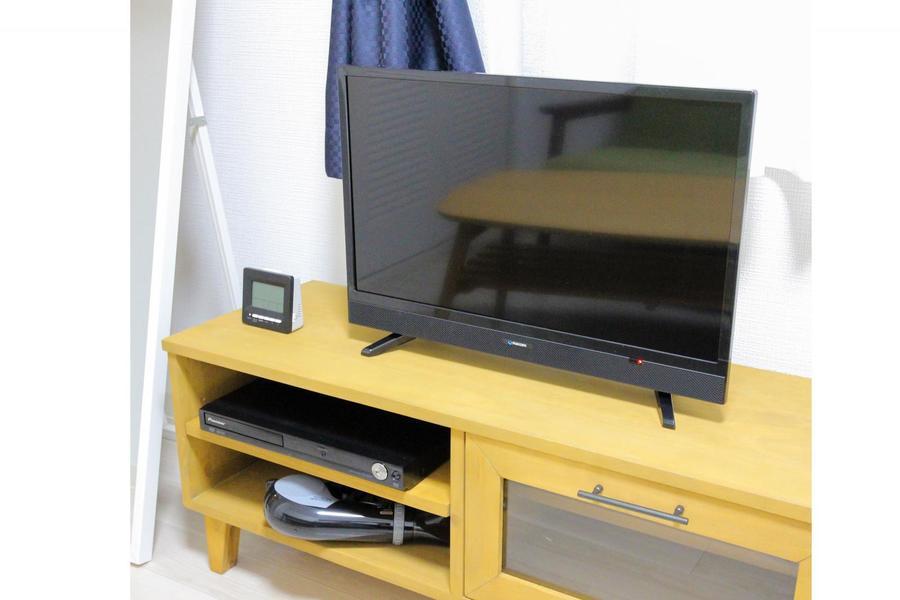 ソファの向かいにはテレビボードを設置