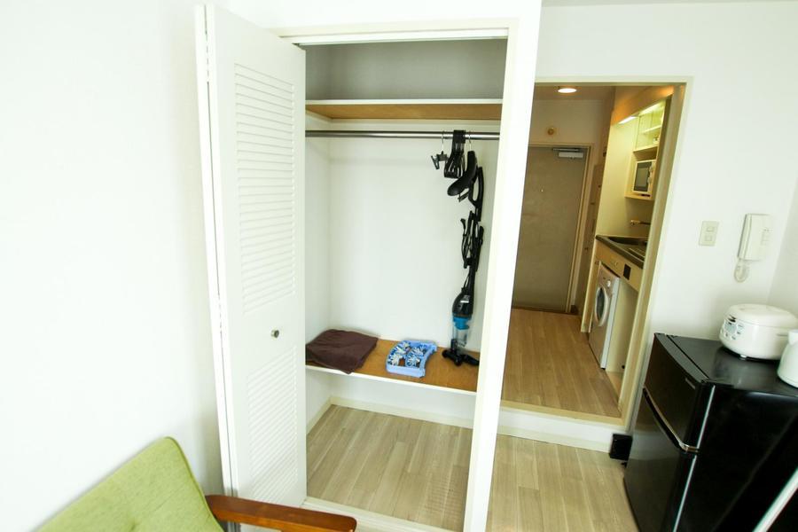 クローゼットは上下段に棚が設置。余すことなくお使いいただけます