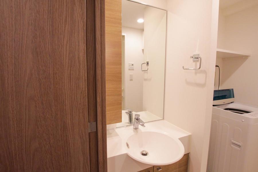 大きめの鏡が特徴の洗面台。お手入れや身だしなみチェックにお役立てください