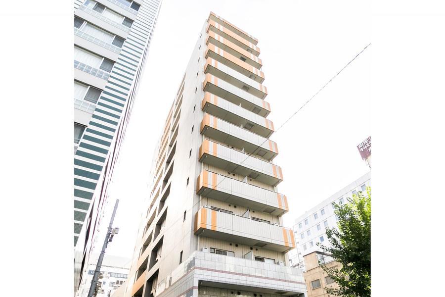 すらりと延びる13階建て。オレンジのラインがポイントです