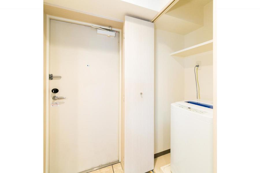 洗濯機は玄関脇に設置。扉付きのため未使用時には隠すことも出来ます
