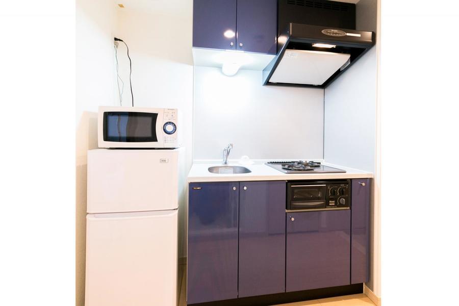 ホワイト×ネイビーの清潔感溢れるキッチン